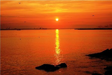 水平線に沈む夕陽