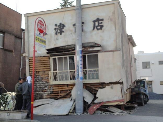 Photos: 1階部分が潰れた古い商店