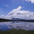 空と雲と小さな湖