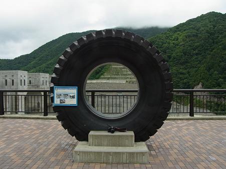 徳山ダムの建設に使われたトラックのタイヤ
