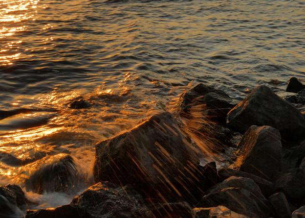 夕日に輝く波飛沫