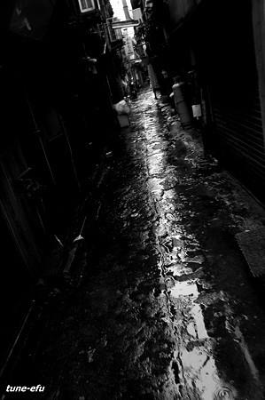 路地・濡らす雨