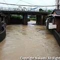 Photos: 増水した川と民家