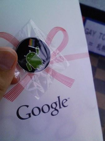 Google タオルとレインボーフラッグを振るドロイド君バッジ。