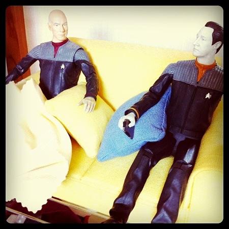 どうだ、データ。うむ。艦長、なかなかいい膝掛けですね。