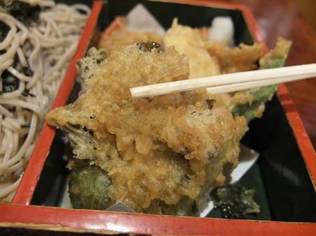 久保田屋 天ざるそば 大葉の天ぷらアップ