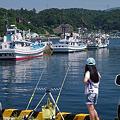 写真: 釣りの見張役・少女