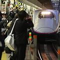 写真: 新青森開業日の東京駅 E2はやて一番列車
