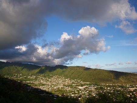 雲が谷を覆う