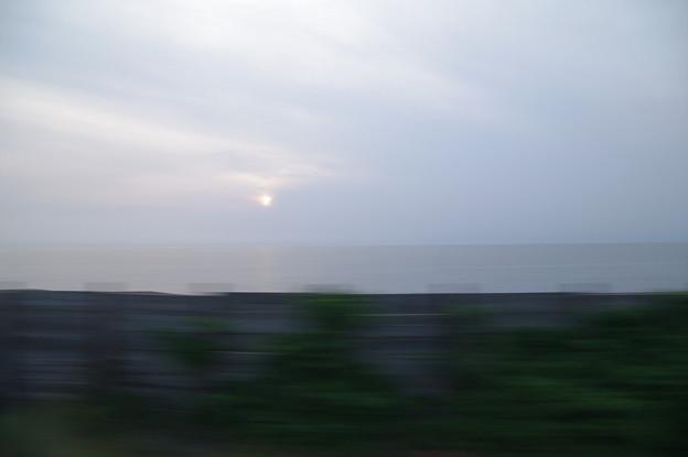 s7090_車窓_日本海の夕陽