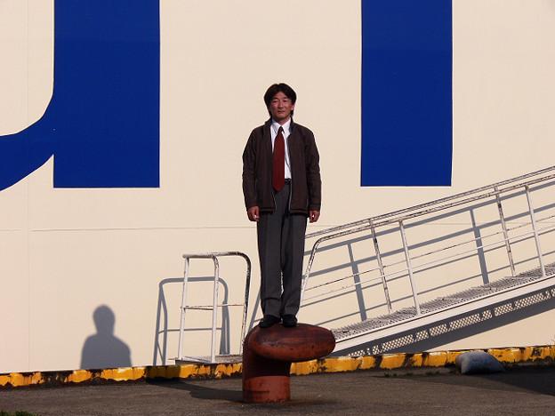写真: 足乗せに立つ男