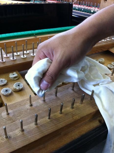 写真: ピン磨き作業