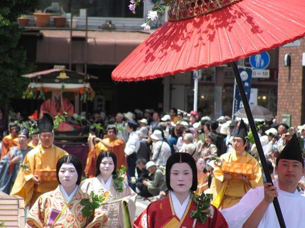 照片: 葵祭 命婦と斎王代 出町橋西詰