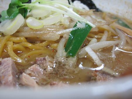 太めの麺に絡まるスープ濃厚。
