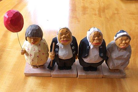 2011.08.03 食卓 木彫り小舎オリジナル木彫人形 横並び