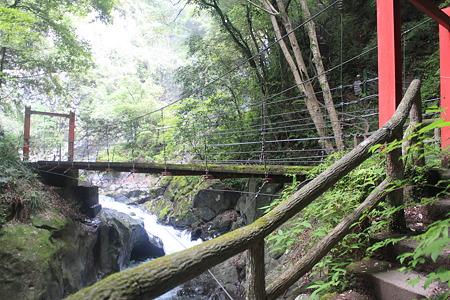 釜滝への吊り橋