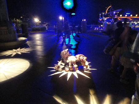 ポートディスカバリー光の中心に座る子供