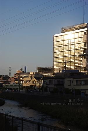 夕日と新庁舎と205系