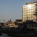 写真: 夕日と新庁舎と205系