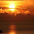 日本海に沈む夕日  雲の中に(+_+)