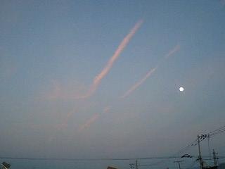Photos: 飛行機雲と月