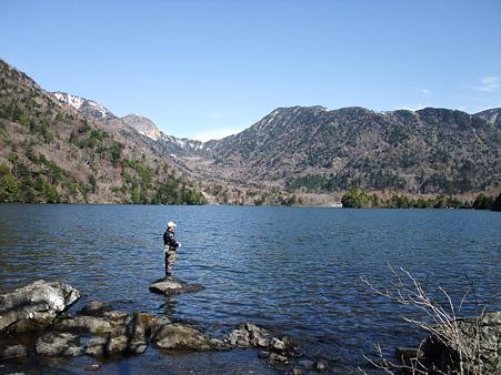湯の湖の釣り人