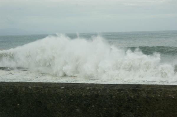 非常に高い波が防波堤に叩きつける