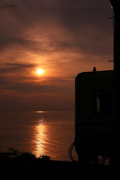 写真: 下灘駅の夕日
